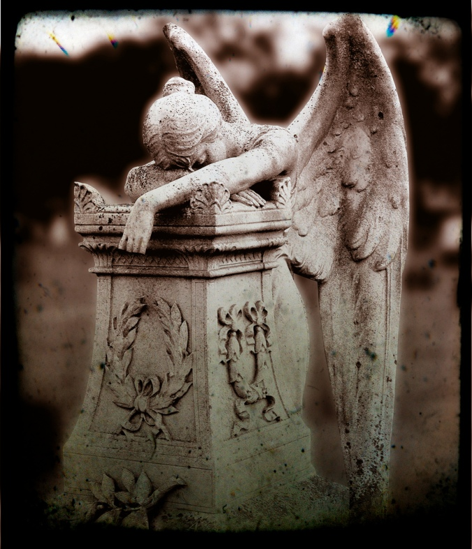 Weeping-Angel-statue-grave