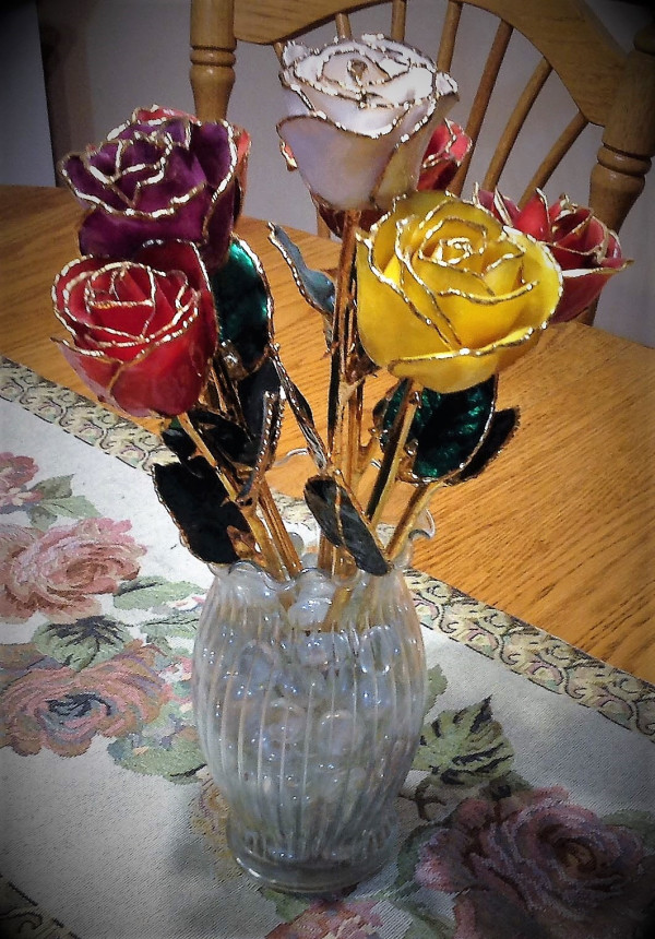six-gold-tipped-roses-in-a-vase-on-a-table